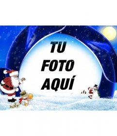 Postal de navidad de fondo azul y nieve en la que insertar tu fotografía, aparecen Papá Noel, un niño y muñecos de nieve