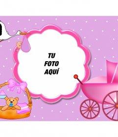 Marco para fotos color rosa ideal para enmarcar bebés. Aparecen complementos de recién nacido y a la cigüeña volando con su fardo en el pico