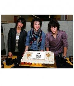 Fotomontaje en que tu fotografía se muestra en un pastel tras el que posan Kevin, Joe y nick de los Jonas Brothers