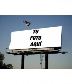 Marco para fotos que aparecerá en un inmenso cartel, con un patinador en monopatín saltando por encima
