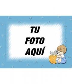 Marco azul que difumina el borde de la fotografía. En primer plano aparece un niño jugando con un balón sobre el que está montado un perrito
