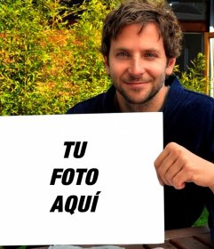 Pon tu foto en este marco sujetado por Bradley Cooper