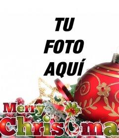 Postal de Navidad con una bola roja y adornos junto con el texto MERRY CHRISTMAS en colores navideños