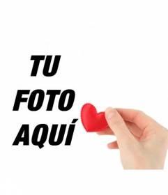 Collage romántico con una mano ofreciendo un corazón de tela rojo para poner tu foto