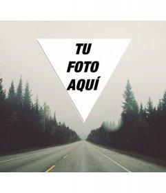 Montaje de foto indie con un triángulo sobre el horizonte de una carretera infinita entre árboles