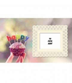 Postal de cumpleaños con un cupcake y letras de colores con tu foto