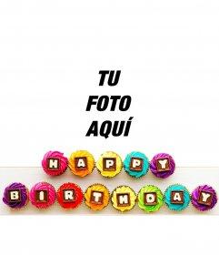 """Texto """"Happy birthday"""" en cupcakes de colores"""