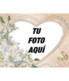 Marco para fotos con forma de corazón, adornado con diamantes, flores y anillos de casados