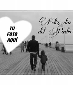 Postal para felicitar el día del padre con una foto en blanco y negro con un padre e hijo en un embarcadero y un corazón para poner tu foto