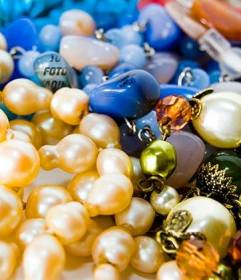 Juego con una imagen de collares y joyas donde poner tu foto para que la encuentren