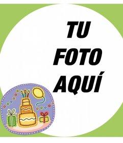 Tarjeta con un marco para tu foto y un sticker con una torta de cumpleaños