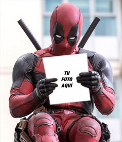 Deadpool sosteniendo tu foto con este montaje gratis