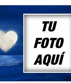 Postal romántica con la luna en forma de corazón para que subas tu foto