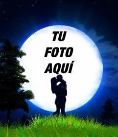 Fotomontaje de amor de una pareja y la luna para tu foto