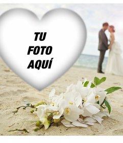 Editable marco de amor con dos novios en la playa para tu foto