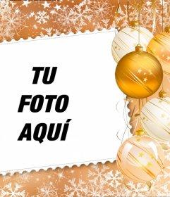 Pon tu foto en un marco decorado con adornos navideños