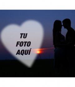 Fotomontaje con una pareja de enamorados con una puesta de sol de fondo y un corazón donde poner una foto romántica
