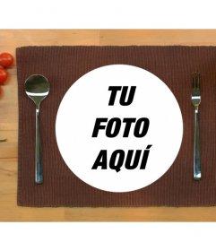 Pon tu foto dentro de un plato de comida servido en la mesa con este montaje