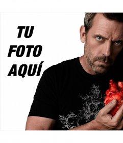 Fotomontaje con el Dr.House agarrando un corazón mirando a cámara