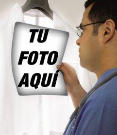 Fotomontaje en el que un doctor está examinando una radiografía en la que puedes poner tu foto