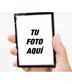 Crea un fotomontaje con un espejo con reflejos de luz sujetado por una mano en el que subir una fotografía