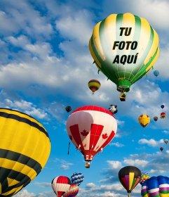 Fotomontaje con globos aerostáticos de colores volando en el cielo azul en el que puedes poner una foto en la tela de uno de los globos