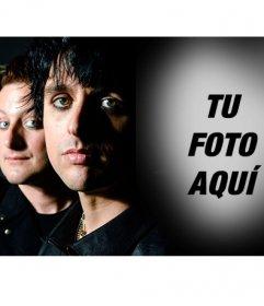 Fotomontaje con Greenday al lado de Billie Joe fundido con un fondo negro donde colocar tu foto y formar parte del grupo