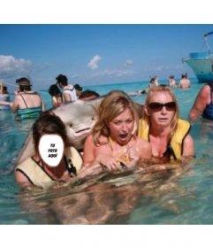 Fotomontaje con un pez raya asustando a unas chicas en el mar