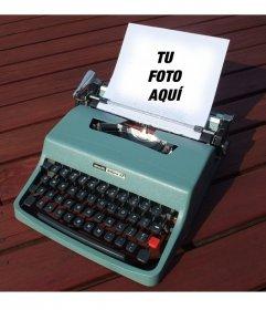 Fotomontaje con una máquina de escribir vintage olivetti de color turquesa con un papel donde poner una fotografía