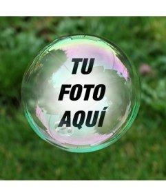 Fotomontaje con una pompa de jabón sobre un fondo de hierba verde donde aparecerá tu fotografía reflejada dentro de la burbuja