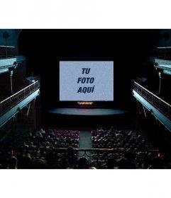 Fotomontaje con una pantalla de cine en el que proyectar una foto que subas online con un filtro granulado y azulado que le da un efecto de película