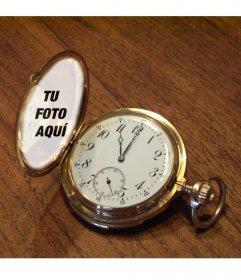 Fotomontaje con un reloj de bolsillo sobre una mesa de madera en el que puedes poner tu foto en la tapa dorada