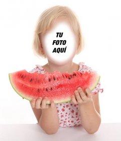Fotomontaje de una niña pequeña rubia comiendo una gran sandía