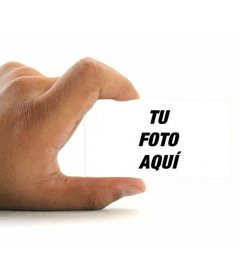 Fotomontaje para poner tu foto en una tarjeta de visita sujetada por una mano con fondo blanco