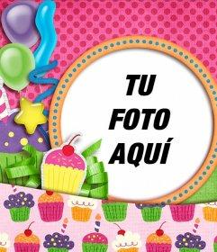 Postal de cumpleaños de color rosa con dibujos de cupcakes