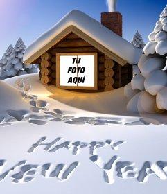 Original tarjeta de felicitación del año nuevo escrito sobre la nieve con tu foto dentro de una casa nevada