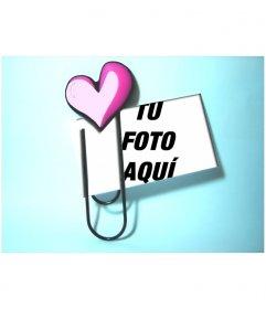 Crea tu postal de amor personalizada con este sencillo marco en que un clip con un corazón sujeta la fotografía de tu elección sobre un fondo color azul claro