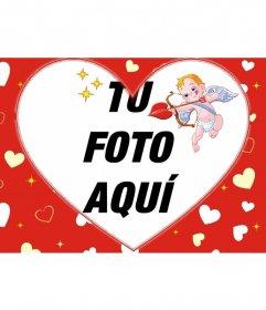 Marco para una fotografía en forma de corazón y fondo rojo de corazones y Cupido