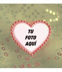 Marco de amor con forma de corazón rojo y fondo de lentejuelas beiges donde subir una foto online
