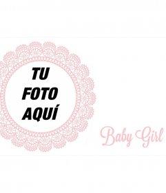 Marco bordado con detalles rosas para la fotografía de una niña recién nacida