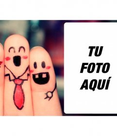 Marco de fotos con unos amigos felices pintados sobre dedos en el que poner una fotografía de tus amigos y escribir un texto