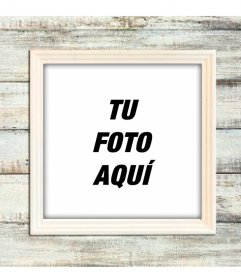 Marco para fotos digitales de madera clara sobre una pared también de madera para personalizar tus fotografías