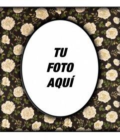 Marco de fotos ovalado vintage sobre pared negra con flores beiges en el que subir una foto digital