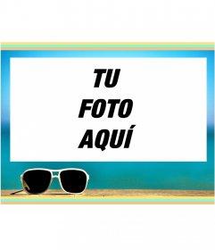 Marco de verano con un fondo de mar y unas gafas de sol blancas recortadas contra la playa