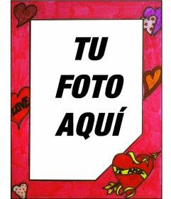 Marco para foto pintado a mano de color rojo con corazones y textos de amor. Pintado a mano