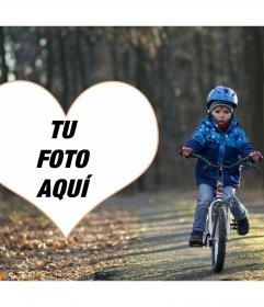 Marco de fotos de un niño con bicicleta y tu foto en un corazón