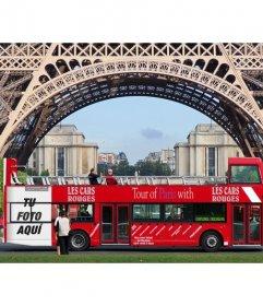 Inserta tu foto en un cartel publicitario de un autobús turístico bajo de la Torre Eiffel de París