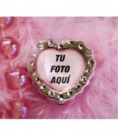 Collage de joya corazón rosa y fondo aterciopelado con abalorios