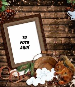 Fotomontaje de invierno con un marco de fotos de madera decorado con un trineo, una ardilla y varias piñas