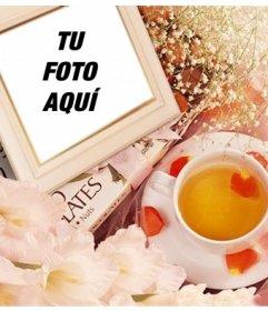 Marco de fotos con flores para poner tu imagen junto a pétalos de rosa y una taza de té